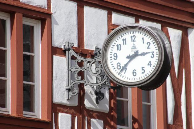 Trier Marktplatz - Fachwerk - Uhr